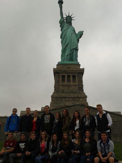 Freiheitsstatue mit Schülerinnen und Schülern der GHS