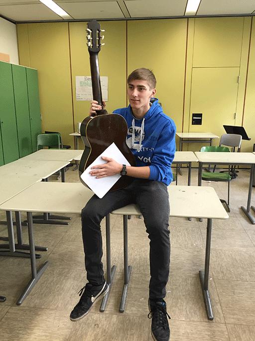 Schüler mit Gitarre