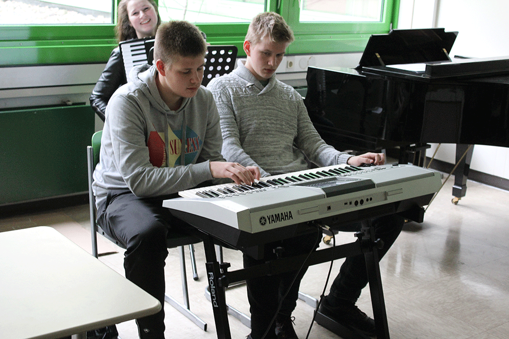 Schüler am Keyboard, Schülerin am Akkordeon
