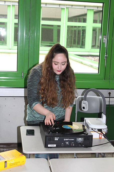 Schülerin am Schallplattenspieler